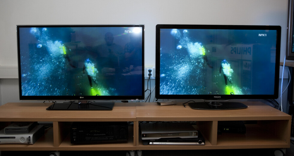 LG til venstre, Philips til høyre. Ser du gjenskinnet? Her må du ha kontroll på belysningen. Foto: Per Ervland
