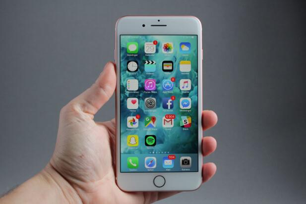 INGEN SMÅTASS: iPhone 7 Plus er, i likhet med tidligere Plus-modeller, ganske stor i forhold til skjermstørrelsen. Heldigvis kan du prikke to ganger lett på hjemknappen for å flytte bildet halvveis ned. Foto: Pål Joakim Pollen
