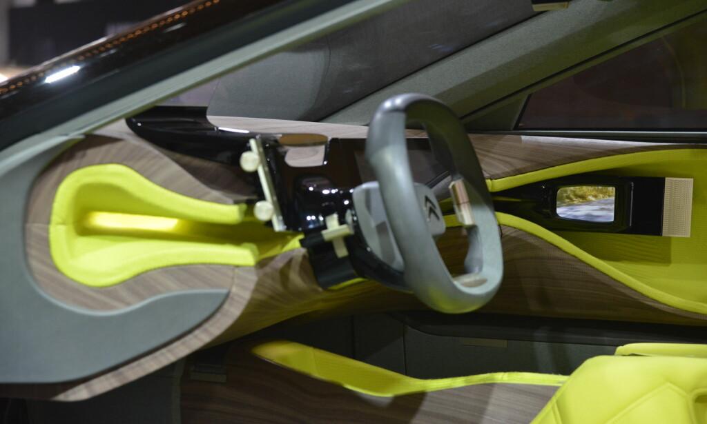 INNOVATIVT? Konseptbilen har gått andre veier i valg av overflater. Treverk og helt gule flater. Foto: Jamieson Pothecary