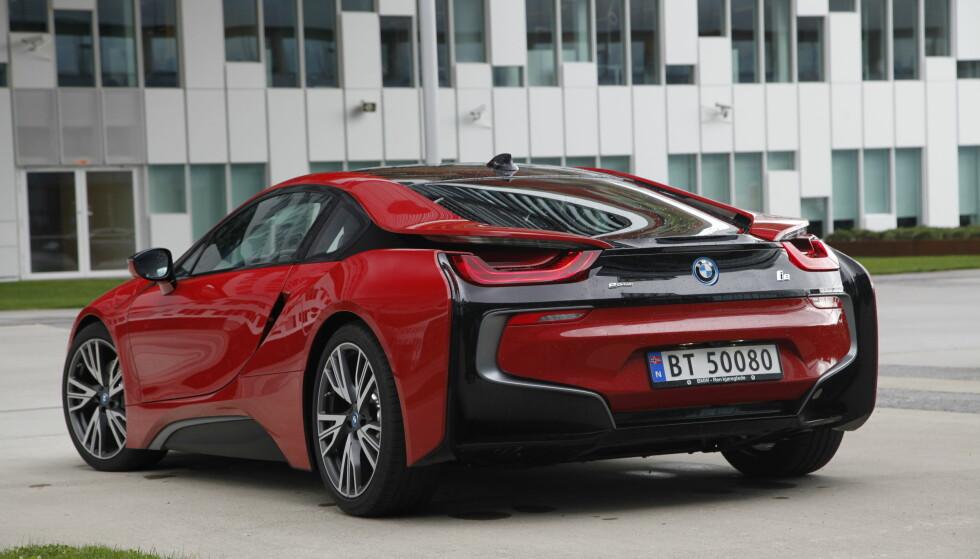 ANNERLEDES: BMW har turt å tenke helt annerledes med sin i-serie. Både D-stolpene og baksjermene har en design som får de til å flyte ut fra resten av designet. Foto: Rune Nesheim