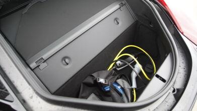MOTOR OG BAGASJE: Under den skinnkledde boksen finner vi bensinmotoren. Bak denne finner vi bilens eneste bagasjerom. Du får plass til et par store bager. Foto: Rune Nesheim