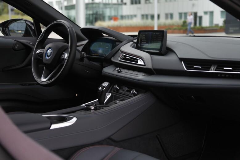 SOBERT: BMW-sjåførene vil kjenne seg godt igjen, selv om det meste er annerledes fra det øvrige programmet. Protonic RED har høyere skinnkvalitet, karbonfinish på listverk, høyglansfinish på girspak og iDrive-controllen ogfargematchene seter. Foto: Rune Nesheim