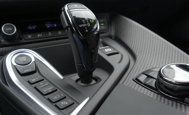 STYRES HERFRA: Bilen starter i hybrid-modus. Ønsker du å kjøre elektrisk, trykker du på eDrive. Både eDrive og hybrid gir mulighet for å bruke valgene Comfort og Eco Pro. Skal du ha det moro, vippes girspaken til venstre. Da havner bilen i Sportmode. Foto: Rune Nesheim
