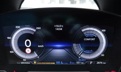ØKONOMI: Velges hybrid og eDrive, er displayet blått og du forholder deg til en økonomimåler.
