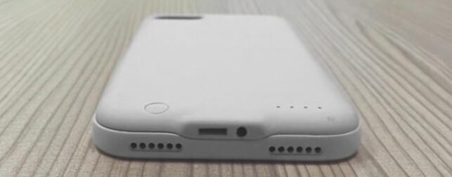 SAMME STED: Batteridekselet Fuze gjør at du kan plugge i dine gamle hodetelefoner omtrent samme plassering som før. Foto: Fuze