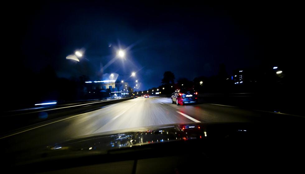 FEIL BRUK: Dårlig lys kan utfordre sjåføren på en negativ måte. Bruker du feil kombinasjoner vil du i prinsippet se mindre. Foto: TT Illustrasjonsfoto