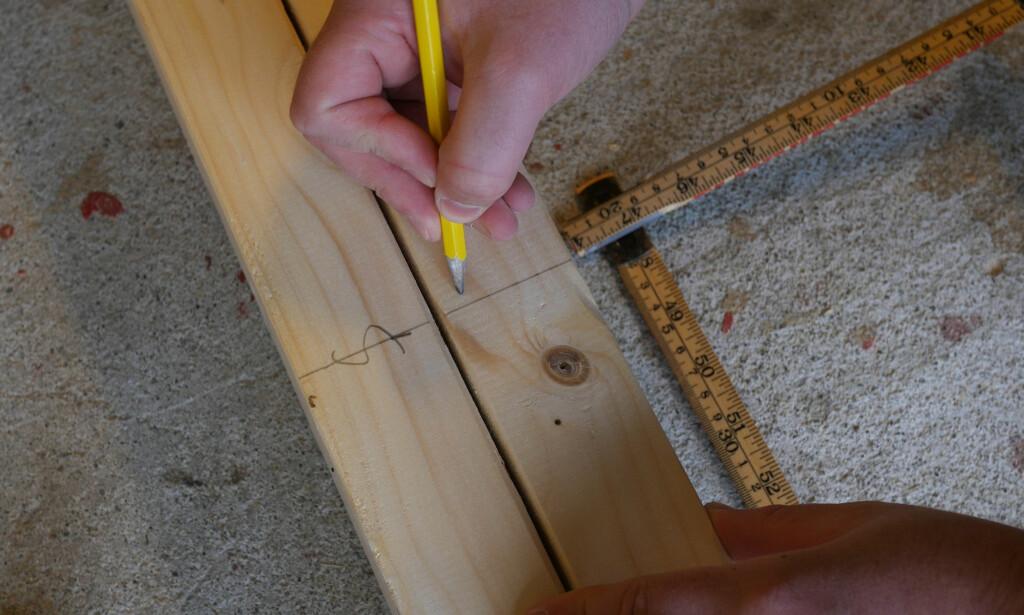 STANDARDMÅL: Fra senter av en stender til den neste er det 60 centimeter. Dette tar utgangspunkt i gipsvegger som er 60- og 120 centimeter. Marker med en S for senter, så vet du hvor stenderen skal plasseres. FOTO: Simen Søvik