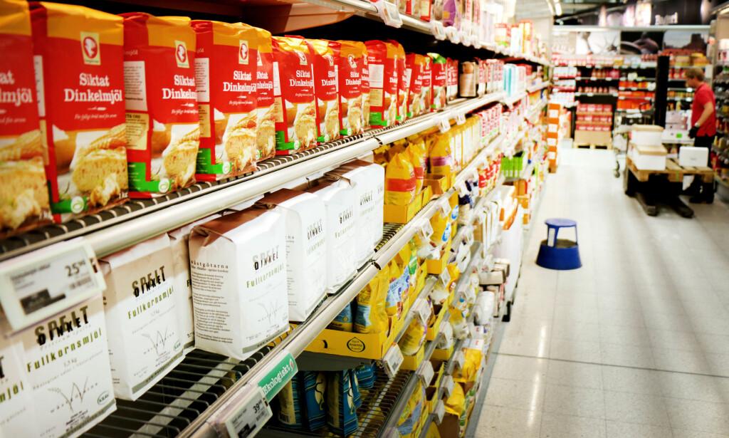 BILLIGERE MEL I SVERIGE: Er du på svenskehandel, bør du ta en tur innom melhyllene, for det er mye billigere å kjøpe mel i Sverige enn i Norge. Foto: Ole Petter Baugerød Stokke