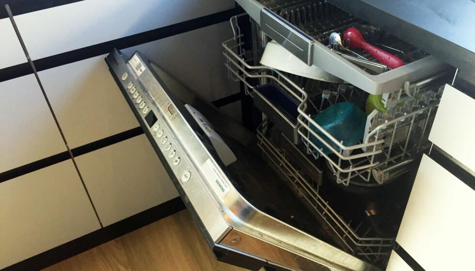 RETT I MASKINEN: Kanskje det viktigste tipset av alle: Rydd alt du er ferdig å bruke rett inn i oppvaskmaskinen, så unngår du at kjøkkenet flyter. FOTO: Linn M. Rognø.