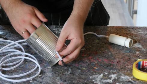 RIKTIG STØRRELSE?: Hullet må ikke være for lite, da kan det ødelegge ledningen. Samtidig må det ikke være for stort, da renner massen ut av boksen. FOTO: Simen Søvik