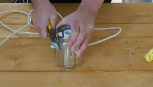 FORSIKTIG: Når du fjerner hermetikkboksen kan det dukke opp farlige kanter. Vær forsiktig med hender og ledning. FOTO: Simen Søvik