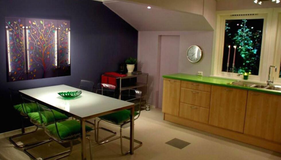 <strong>SKAP SONER:</strong> På dette kjøkkenet har lysdesigner Calina Pandele Yttredal brukt belysningen for å skape ulike soner i rommet. Hennes lysmaleri over spisebordet virker også som lampe. LED lyset bak maleriet og spotlights fra taket som belyser maleriet forfra, kan dimmes og påvirke maleriet til å skifte farge og dybde. Dette er med på å juster lysnivået i rommet.  FOTO: &nbsp;Jan Inge Mevold Skogheim .