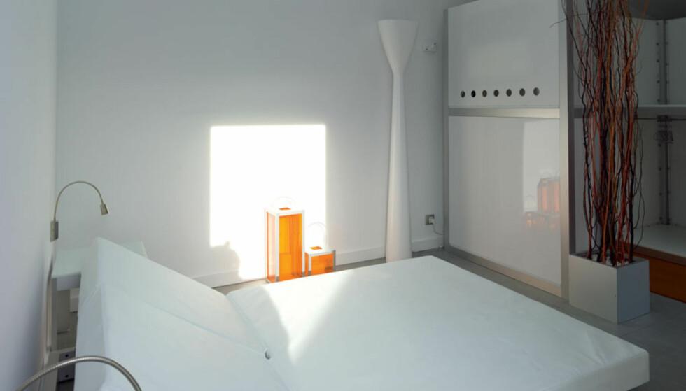 <strong>PÅ SOVEROMMET:</strong> Mye dagslys kommer inn i soverommet om dagen. Om kvelden vil den hvite &nbsp;stålampen ved veggen kaste lys oppover,  og leselys ved sengen skaper en koselig sone.  FOTO: Velux /Adam Mørk.