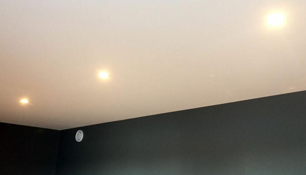 <strong>GENERELL LYSKILDE:</strong> Eksempler på dette er spotter i taket. Det lyset skal erstatte dagslyset om kvelden, men er det den eneste lyskilden i rommet, vil det bli kaldt og ukoselig. Den generelle lyskilden bør kunne dimmes ned, og kombineres med andre lyskilder som små lamper på bord eller for eksempel stålamper i hjørner eller langs veggen. FOTO: Linn M. Rognø.