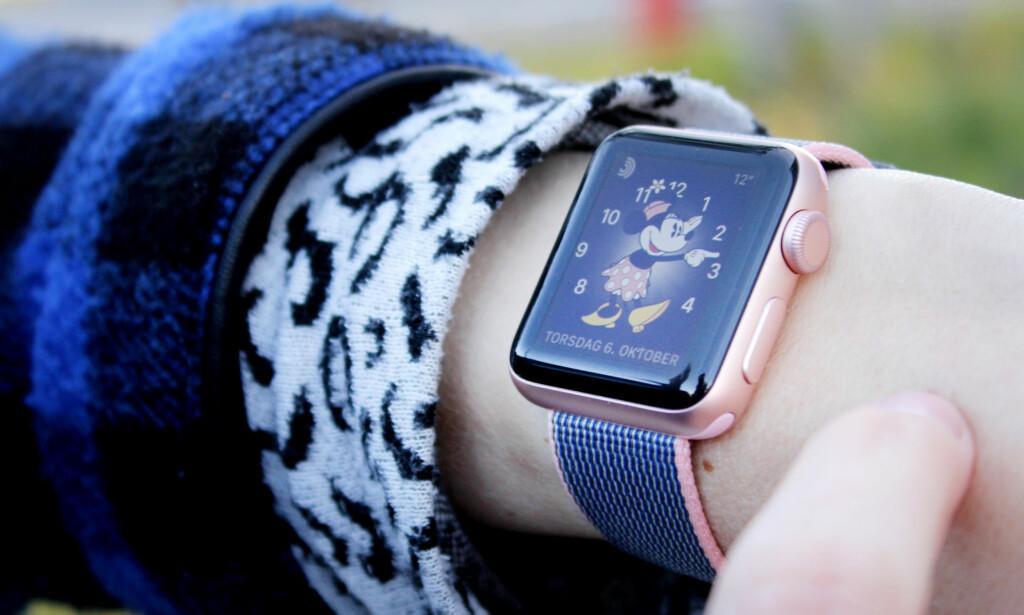 SAMME DESIGN: Tradisjon tro viderefører Apple den samme designen forgjengeren hadde. I motsetning til de fleste andre smartklokker på markedet, er urkassen rektangulær. Foto: Ole Petter Baugerød Stokke