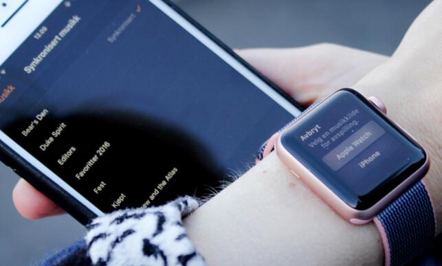 TUNGTVINT: Når du først har overført én spilleliste med musikk lagret på telefonen, må du også huske å velge Apple Watch som avpillingskilde på klokka. Foto: Ole Petter Baugerød Stokke