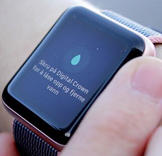 TØMMER SEG: Nye Apple Watch har en fiffig funksjon som gjør at du ved hjelp av høyttaleren kan tømme den for vann. Foto: Ole Petter Baugerød Stokke