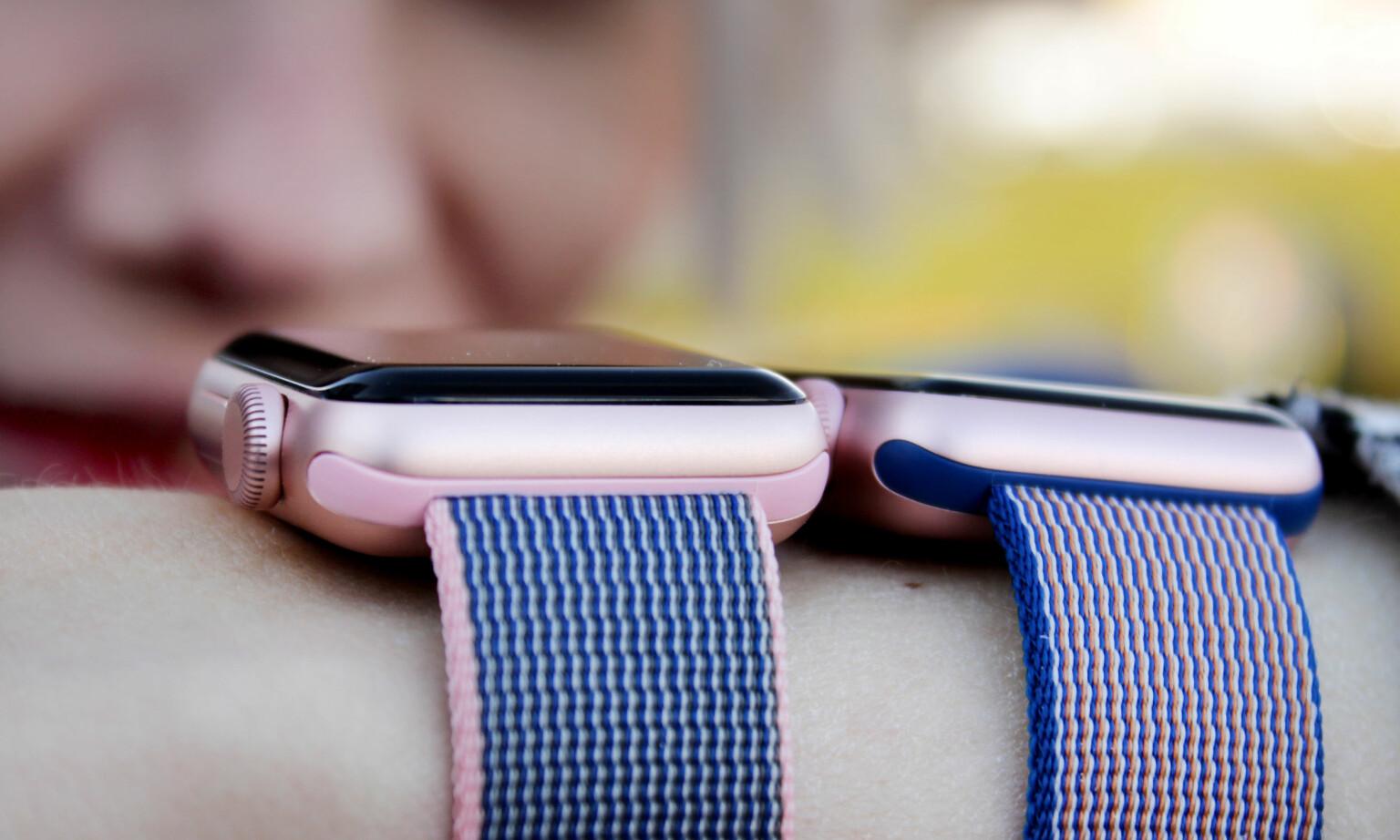 LITT TYKKERE: Nye Apple Watch Series 2 (til venstre) er 0,9 millimeter tykkere enn forgjengeren, men det merkes knapt. Foto: Ole Petter Baugerød Stokke
