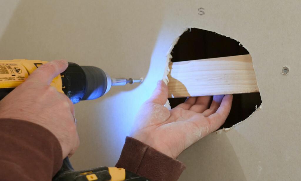 SKRU I PLANKE: Før du setter inn en ny gipsbit, bør du sørge for at den får støtte i bakkant. Foto: Simen Søvik