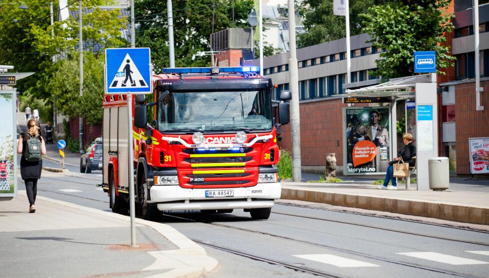 VÆR OPPMERKSOM: Husk at brannbilen er større og tyngre enn de fleste andre kjøretøyer i trafikken. Det gjør at det kreves mer når den skal forbi, spesielt i tettgående trafikk. Foto: Audun Braastad / NTB scanpix