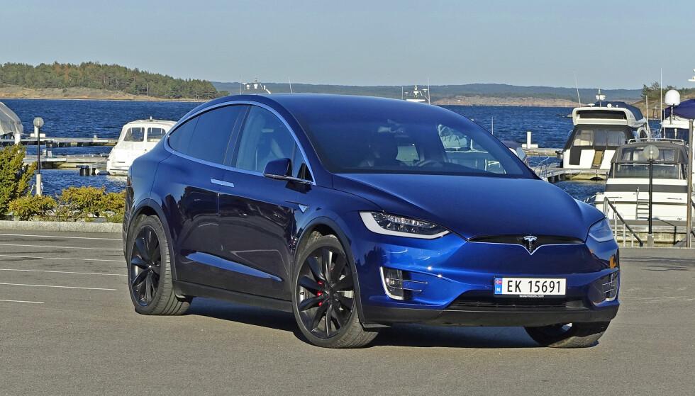 OVER TO TUSEN PÅ EN MÅNED: I september ble det registrert 996 nye Tesla Model X (bildet), og 1007 nye Model S, da et uvanlig stort antall bestilte biler ble levert denne måneden. Men etterspørselen har økt kraftig og etter ni måneder er det registrert 89 prosent flere Tesla enn på samme tid i fjor. Foto: Knut Moberg