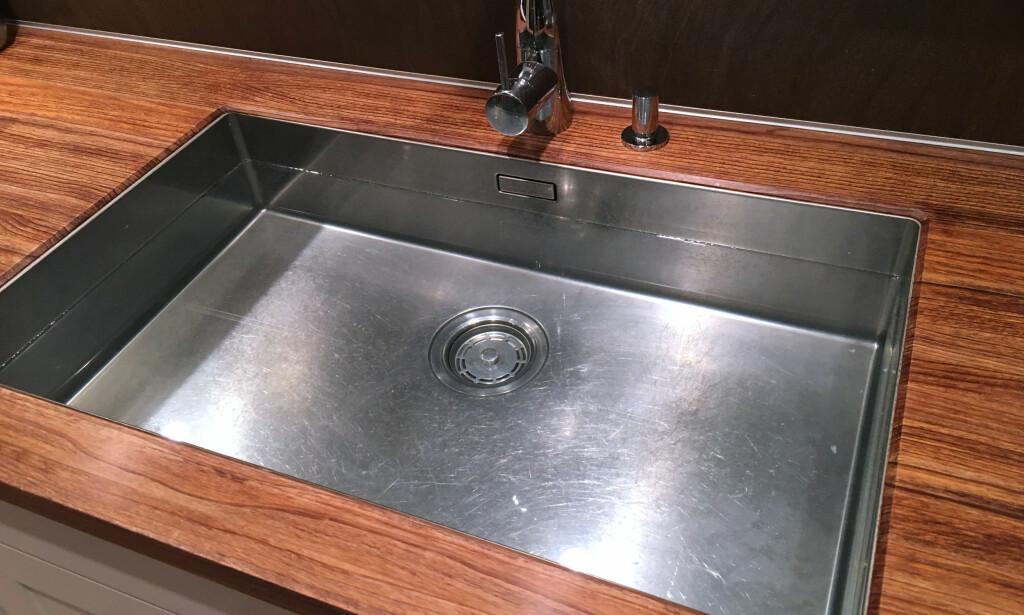 LA STÅ: Fyll vasken med vann, tilsett en halv flaske klorin - og la stå over natta. Da gjør den vaskejobben selv. Foto: Kristin Sørdal