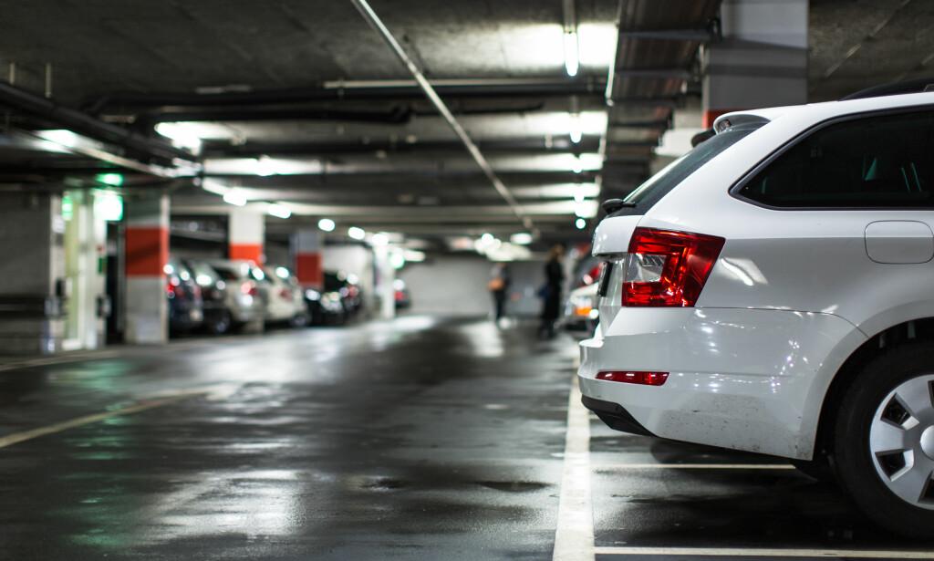 VIKEPLIKT: Rygger du bilen har du vikeplikt. Og krasjer to som rygger, har begge skylda. Foto: Shutterstock / NTB Scanpix