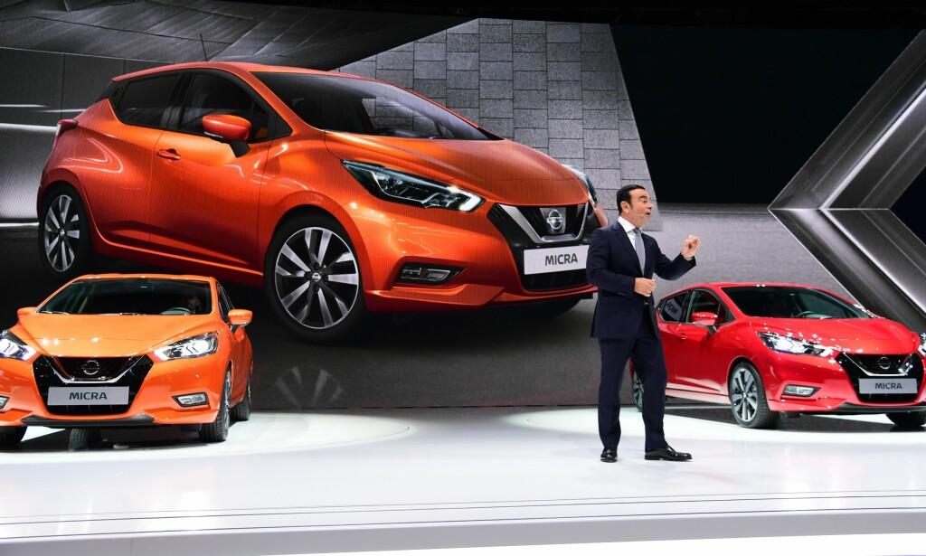 BLE LAGT MERKE TIL: Nye Nissan Micra er noe helt annet enn forgjengeren. Her presenteres den nye moodellen av en engasjert Nissan-toppsjef Carlos Ghosn på bilmessen i Paris. Foto: Nissan