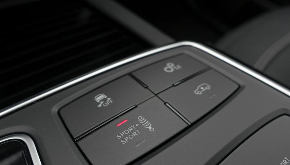 KOMMANDOSENTRAL: Du kan stille bilen kjapt og manuelt med disse fire knappene. Et ESP-i tre trinn, manuell eller automatisk styrt girkasse, understell i tre stivhetstrinn og heving av bilen. Foto: Rune M. Nesheim