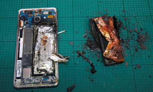 BRANNFELLE: Samsung anbefaler på det sterkeste å returnere flaggskipet. Ellers kan resultatet fort bli som over. Foto: Reuters/Edgar Su