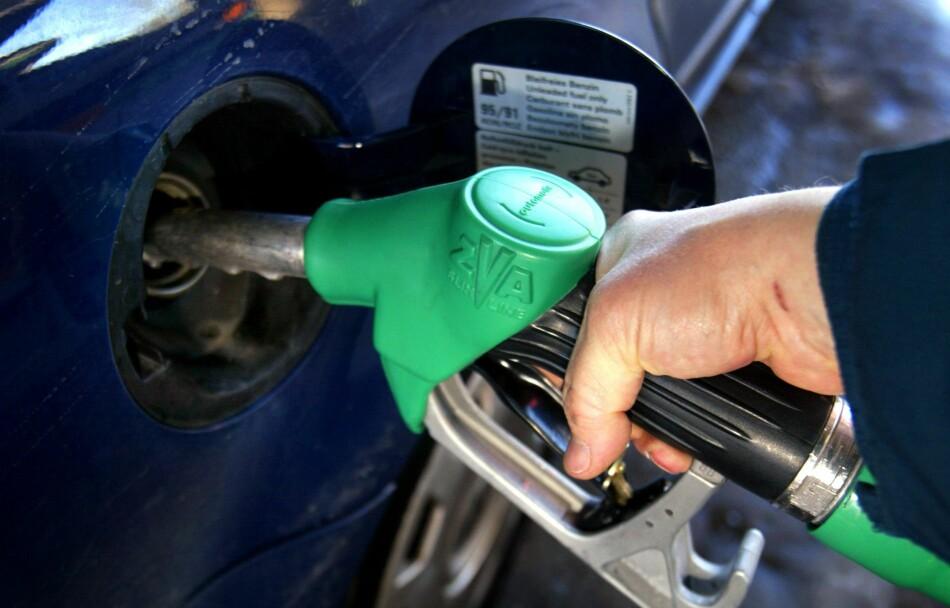 FYLLER PÅ: Aldri har det vært dyrere å fylle drivstoff på bilen. Men prisøkningen er bare småtterier i Det Store Norske Bil-sluket Foto: INGAR STORFJELL