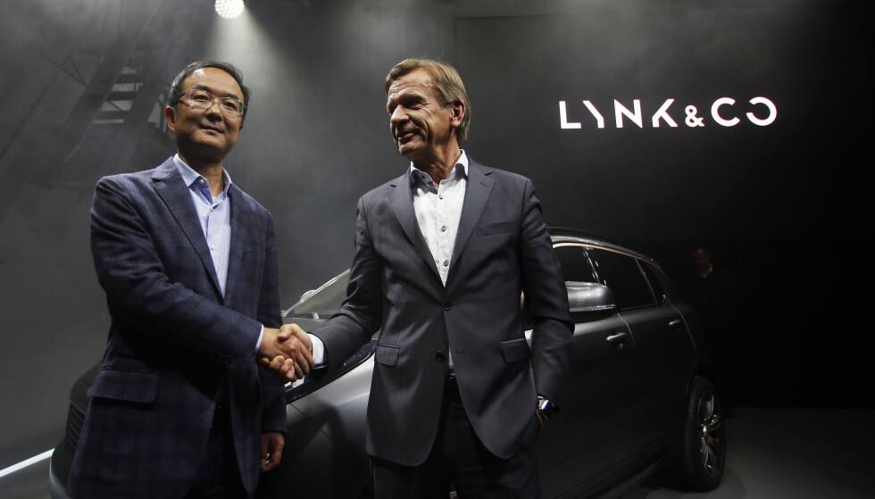 DA ER VI I GANG: Toppsjefene i Geely og Volvo tar hverandre i hånden på fremtidig suksess for Lynk @ Co... Foto: Lynk @ Co