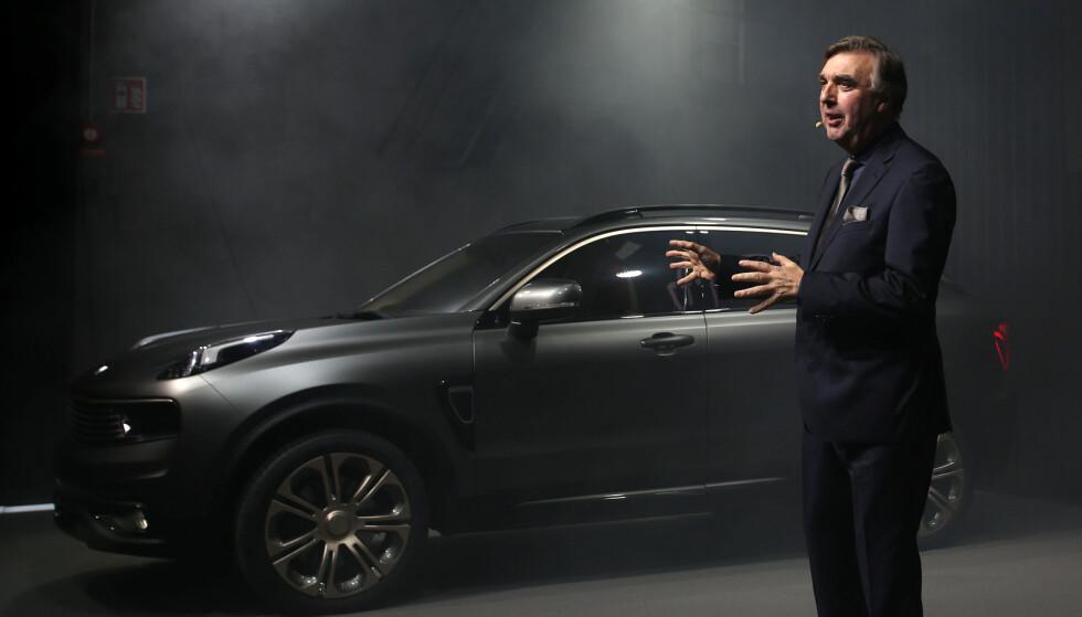 NYTT MERKE - KJENT STIL: Her viser designsjefen i det nystartede selskapet, Peter Horbury (ex Volvo), frem merkets første modell, SUV-en 01. Foto: Lynk & Co
