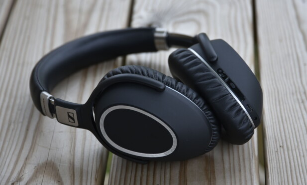 HØY PRISKLASSE: I likhet med Bose QC35 og Sony MDR-1000X, må du ut med rundt 4.000 kroner for PXC 550 fra Sennheiser. Foto: Pål Joakim Pollen