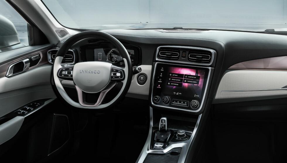 TIDSRIKTIG: Skal vi tro inntrykkene fra bildet, er det et moderne interiør og førervennlig layout i den nye bilen fra Lynk & Co. Foto: Lynk & Co