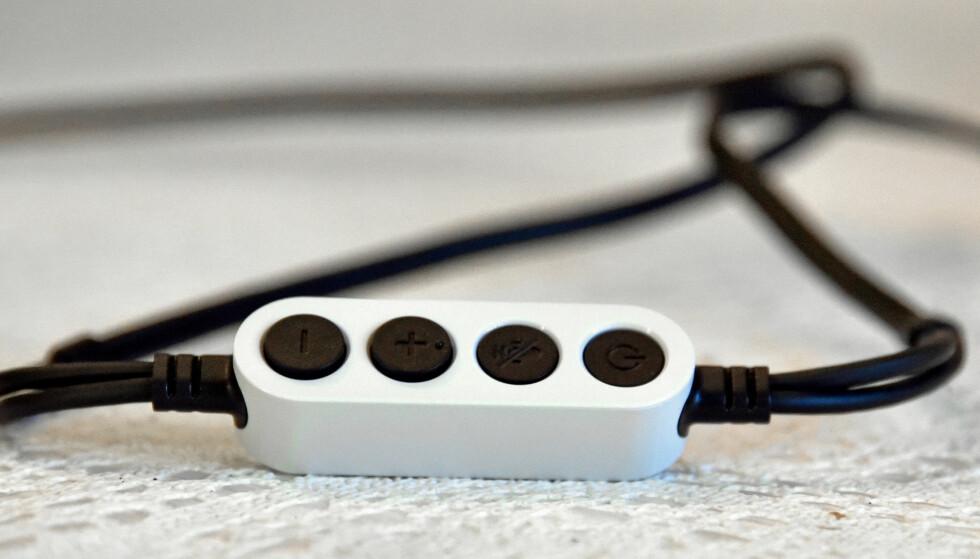 BETJENING PÅ LEDNINGEN: Denne klossen lar deg regulere volumet, slå av mikrofonen og brukes i tillegg for å slå av og på brillene. På baksiden har den en lydutgang slik at du kan bruke egne hodetelefoner. Foto: Pål Joakim Pollen