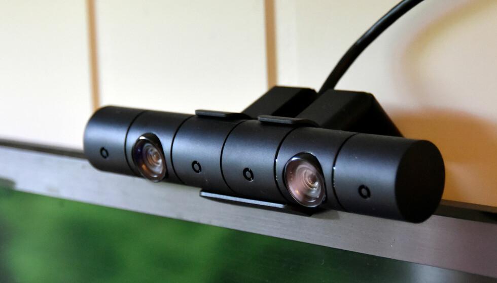 FØLGER MED PÅ DET DU GJØR: PlayStation-kameraet er obligatorisk tilbehør for å bruke PlayStation VR, men følger ikke med i standardpakken. Foto: Pål Joakim Pollen