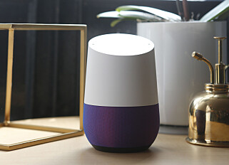 SMART HØYTTALER: Tidligere i år lanserte Google Home, en høyttaler du kan snakke til. Dette som et svar på Amazons Echo-høyttaler. Foto: Beck Diefenbach/Reuters/NTB Scanpix