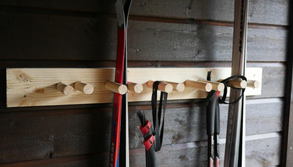 SKI PÅ VEGGEN: Lei av at skiene som står inntil veggen faller ned hver gang vinden kommer på besøk? Få ski og staver opp på veggen så slipper du skikaos. FOTO: Simen Søvik