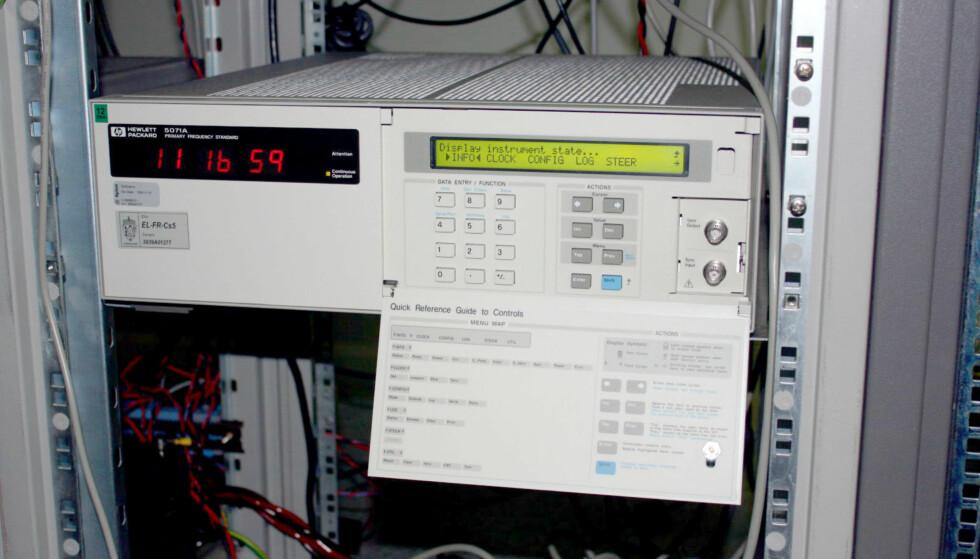 DETTE ER EN ATOMKLOKKE: I tidslaboratoriet hos Justervesenet teller atomklokkene sekunder, og slik er de våre mest nøyaktige klokker. Foto: Kristin Sørdal