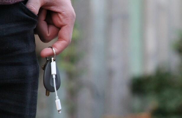 HENGER FAST: Når du stikker pluggen inn i overgangskabelen, blir den hengene fast på nøkkelknippet. Foto: Uncourage