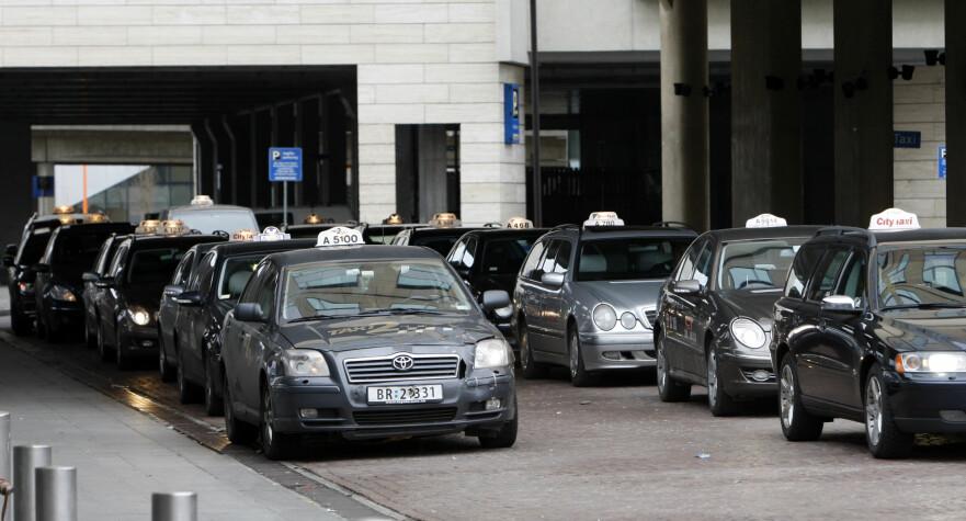 VERDIFULLT VALG: Hvilken taxi du setter deg i på vei hjem, har alt å si for regningen du får i fanget ved reisens ende. Dersom drosjene må oppgi pris på forhånd, kan du lettere velge hvor mye du ønsker å betale. Foto: Scanpix