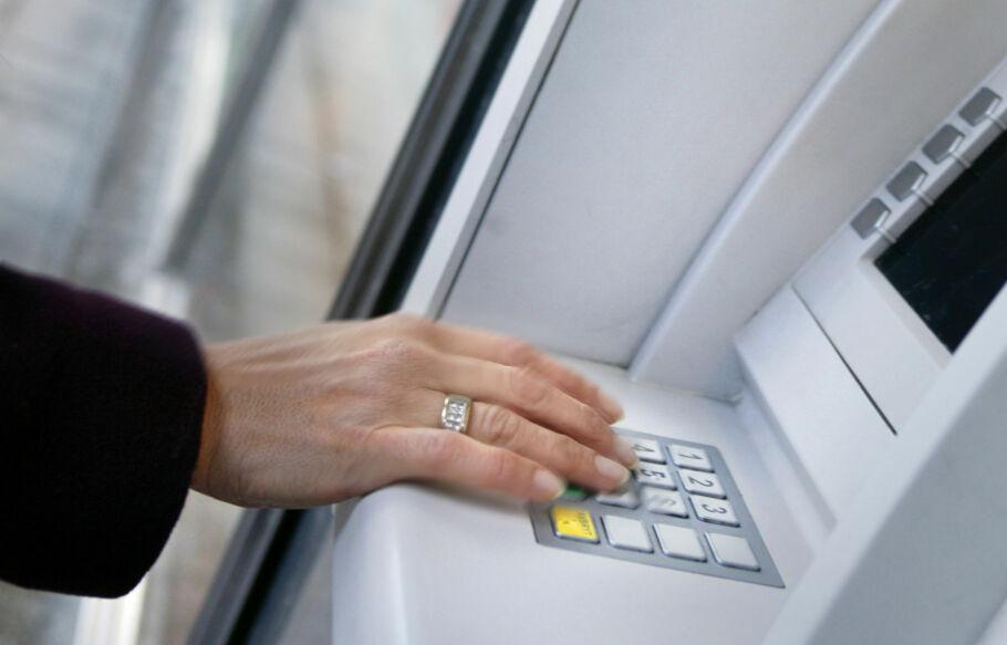 INGEN PLANER OM GEBYR: Ingen av de andre bankene Dinside har snakket med, har foreløpig planer om å øke minibankgebyret for sine kunder. Foto: NTB SCanpix