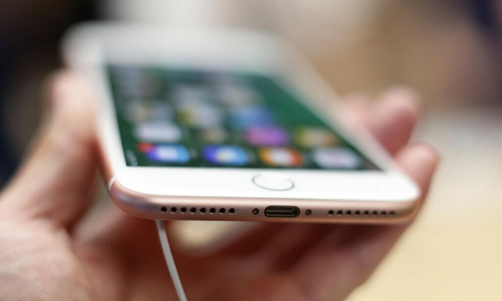 ÉN PORT: Skal du koble hodetelefoner til Apples nyeste iPhone, må du bruke Lightning-porten. Foto: Yui Mok/PA Photos/NTB Scanpix