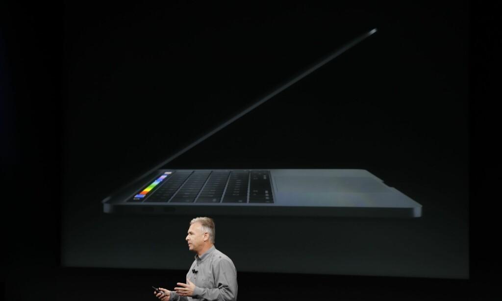 NESTEN SVART: Apples nye MacBook Pro fås kjøpt i en mørkegrå aluminiumsversjon. Det er riktignok den flerfargede stripen over tastaturet som er det mest interessante med de nye bærbare Mac-ene. Foto: Stephen Lam/Getty Images/AFP/NTB Scanpix