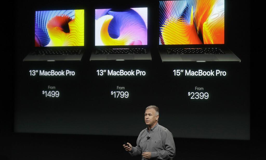 TRE MODELLER: Her er de tre nye MacBook Pro-modellene. Den billigste 13-tommeren er ikke like velutstyrt som storebrødrene, og har færre porter og mangler berøringsskjermen over tastaturet. Foto: Marcio Jose Sanchez/AP Photo/NTB Scanpix