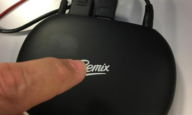 BERØRING: Legg fingeren på logoen, så starter maskinen. På samme måte kan du avslutte (lang berøring) og sette i dvalemodus (kort berøring). Foto: Bjørn Eirik Loftås