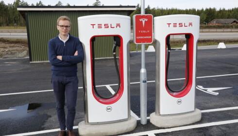 TENKER ANNERLEDES: Kommunikasjonssjef i Tesla Norge, Even Sandvold Roland ved en av til sammen 856 ladestolper i Norge. Foto: Henrik Skolt / NTB scanpix