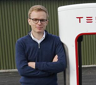 UBEKYMRET: Kommunikasjonssjef Even Sandvold Roland i Tesla Norge mener interessen for deres elbiler fortsatt er høy. Foto: Henrik Skolt / NTB scanpix