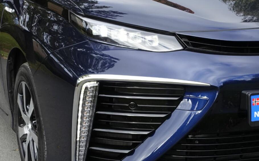 HYDROGEN ELLER BATTERIER? Toyota er en viktig sponsor av de olympiske lekene i Tokyo i 2020. Da må biler som ikke slipper ut avgasser lokalt være på plass og det er muligens blant hensynene som kan føre til omlegging av produksjonsplanene mot elbiler med lang rekkevidde i tillegg til den pågående utviklingen av hydrogenbiler som Mirai (bildet). Foto: Knut Moberg
